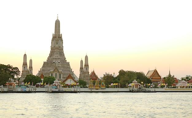 Atemberaubende aussicht auf wat arun oder den tempel der morgenröte am chao phraya river bank im bezirk thonburi, bangkok, thailand?