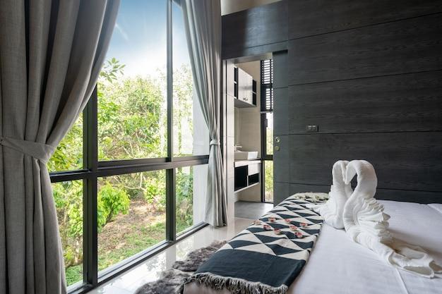 Atemberaubende aussicht vom schlafzimmer durch fensterglas und vorhang