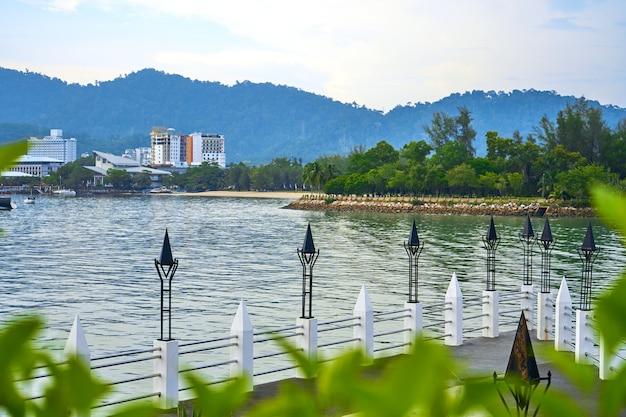 Atemberaubende aussicht von der promenade bis zum meer. tropeninsel langkawi
