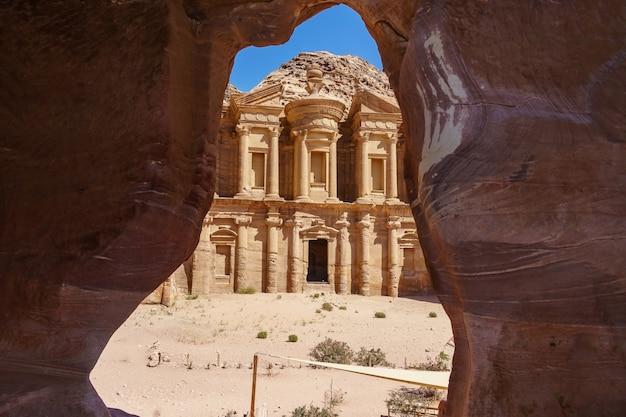 Atemberaubende aussicht von einer höhle des ad deir - klosters in der antiken stadt petra, jordanien