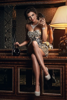 Atemberaubende frau im schönen kleid