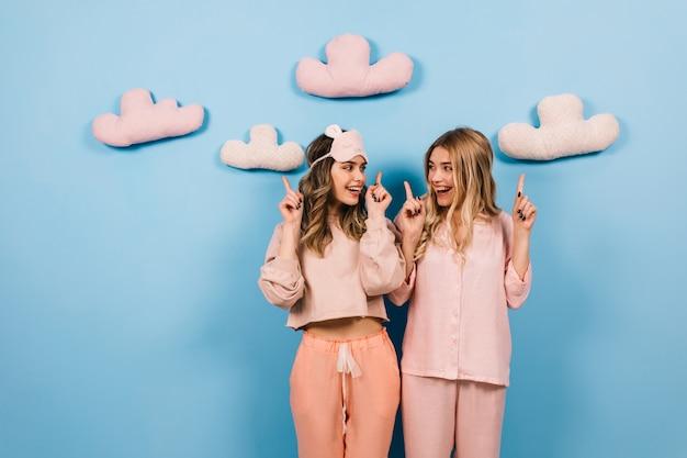 Atemberaubende frauen, die pyjama-party genießen