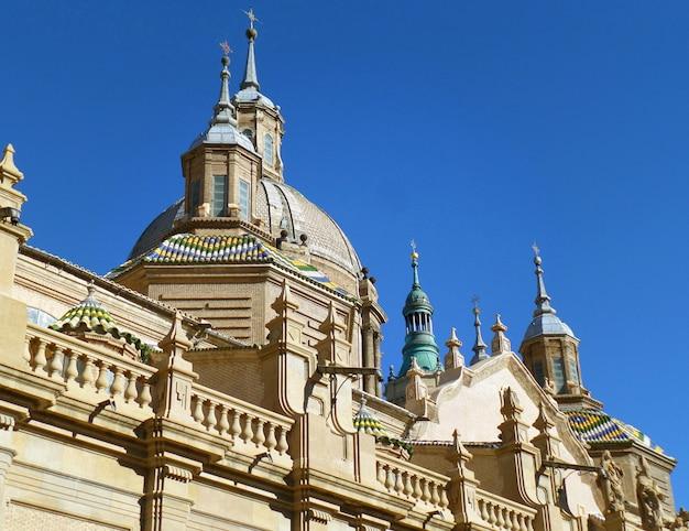 Atemberaubende kuppeln und türme der kathedrale-basilika unserer dame der säule, zaragoza in spanien