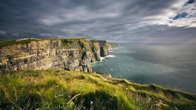 Atemberaubende landschaft am rande der cliff of moher