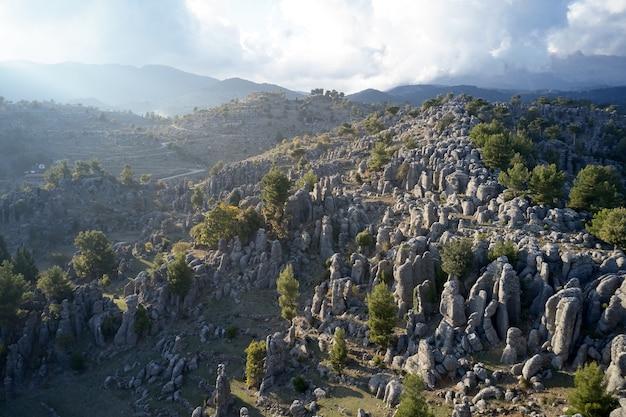Atemberaubende landschaft aus felsformationen und bergen. panoramablick aus der luft auf die felsformationen von adam kayalar.