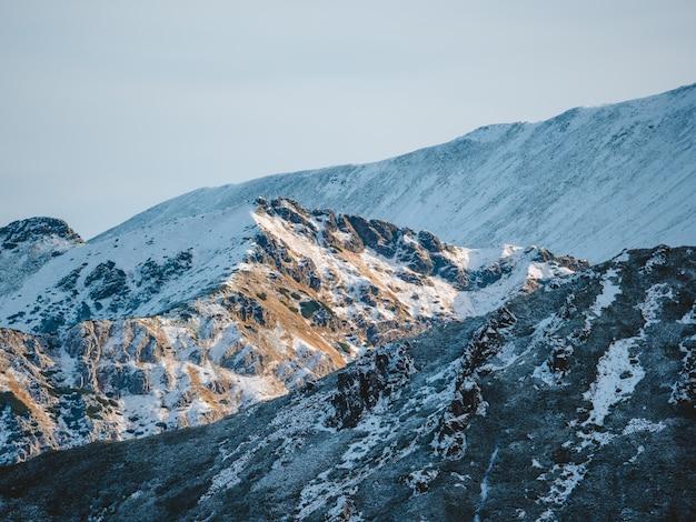 Atemberaubende landschaft der hohen felsigen tatatra-berge, die mit schnee in polen bedeckt werden