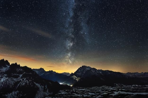 Atemberaubende landschaft der milchstraße über den italienischen alpen