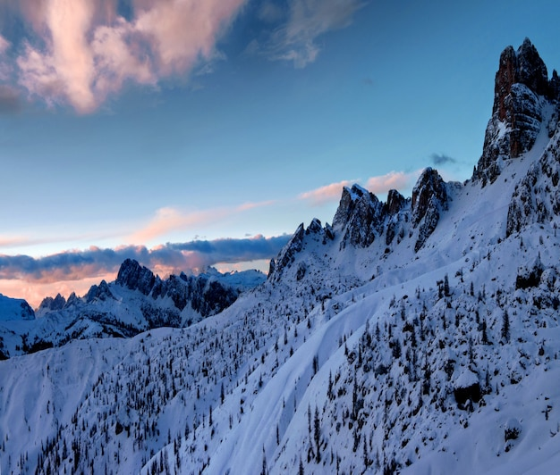 Atemberaubende landschaft der schneebedeckten felsen in dolomiten, italienische alpen im winter