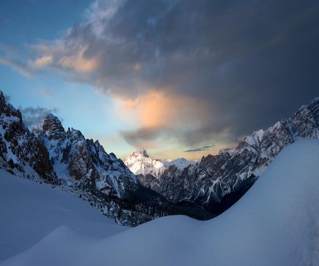 Atemberaubende landschaft der schneebedeckten felsen unter dem bewölkten himmel in dolomiten, italien