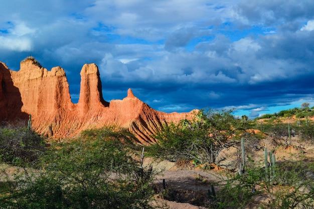 Atemberaubende landschaft des bewölkten blauen himmels über der tatacoa-wüste in kolumbien