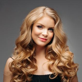 Atemberaubende natürliche schönheit mit blonden gewellten haaren.