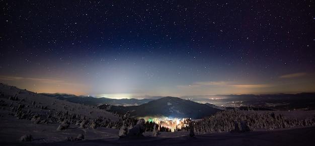 Atemberaubende schöne aussicht auf das skigebiet