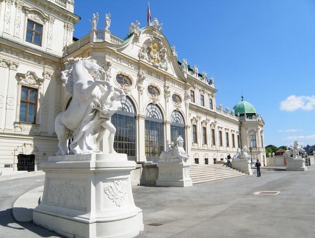 Atemberaubende skulpturen und verzierte fassade des belvedere, wien, österreich