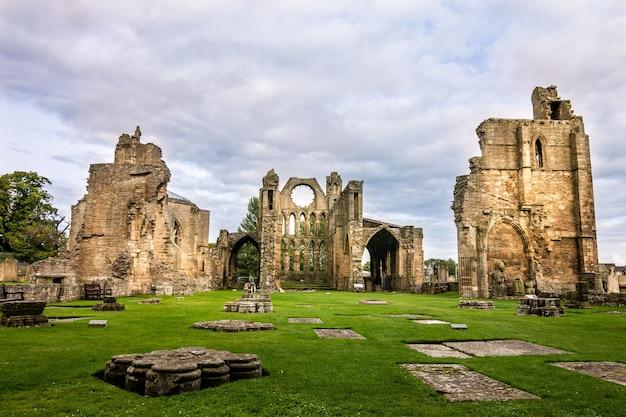 Atemberaubender blick auf die fassade der wunderschönen kathedrale von elgin, aufgenommen in elgin, großbritannien