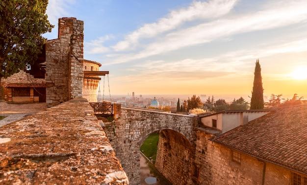 Atemberaubender sonnenuntergang über dem blick auf die stadt brescia von der alten burg. lombardei, italien
