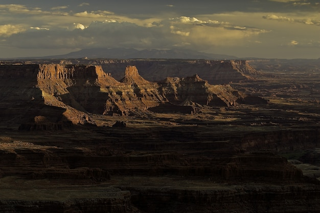 Atemberaubender sonnenuntergang über einer bergigen landschaft am canyon