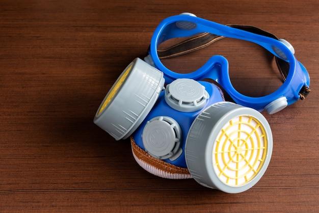 Atemschutzmaske, staubmaske und sicherheitsmaske für chemische industrie auf hölzernem hintergrund.