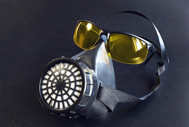 Atemschutzmaske und brille als art konzept überleben unter gefahrenbedingungen