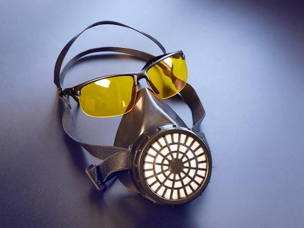 Atemschutzmaske und gelbe brille