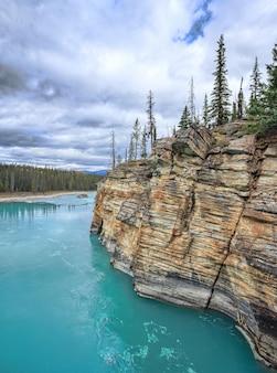 Athabasca falls ist ein wasserfall im jasper nationalpark alberta kanada