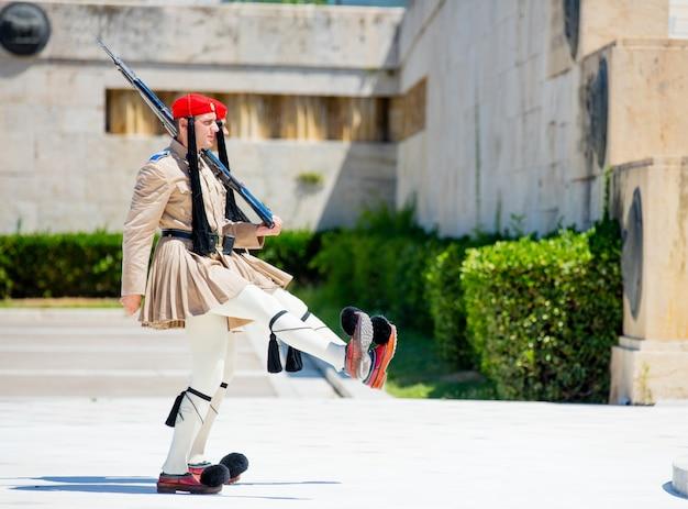 Athen, griechenland - 6. juni 2016: foto von ernsten evzones vor dem grab des unbekannten soldaten in griechenland