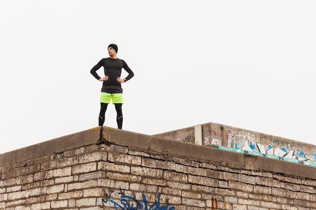Athlet auf dem dach