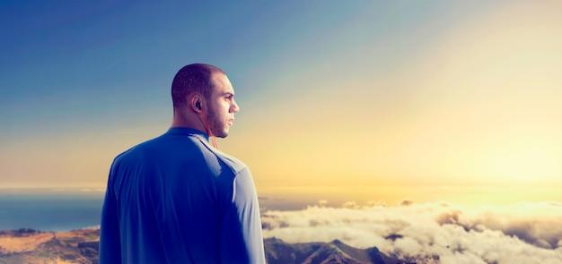 Athlet auf der spitze des berges, schöne aussicht. jogger am morgen fitness workout, naturschönheit. läufer in sportbekleidung beim aktiven training im freien