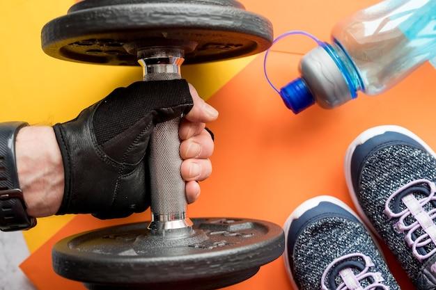 Athlet bodybuilder, eine hantel in der hand haltend