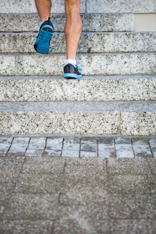 Athlet, der die treppe hinauf rüttelt