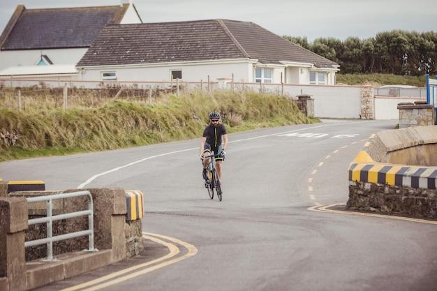 Athlet, der fahrrad fährt