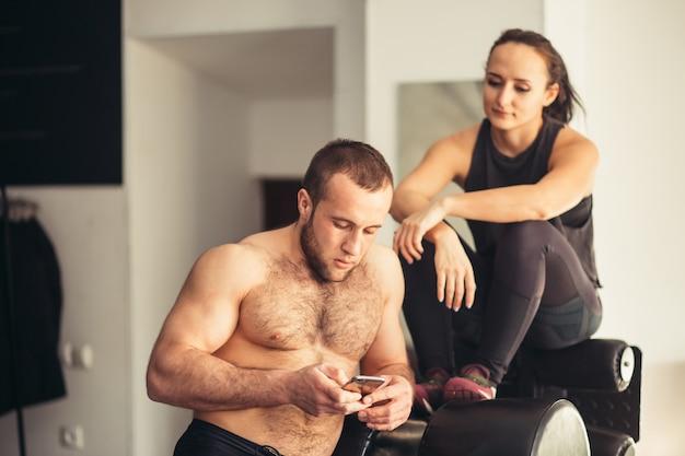 Athlet, der handy-app-fitness-tracker verwendet, um den gewichtsverlust zu verfolgen