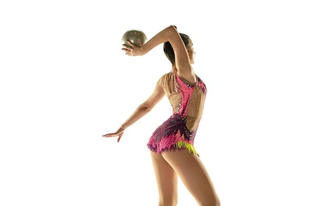 Athlet der rhythmischen gymnastik, der mit ball übt