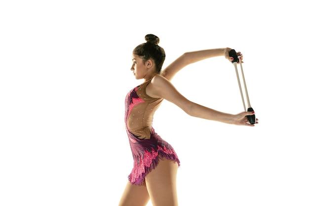 Athlet der rhythmischen sportgymnastik, der mit geräten übt