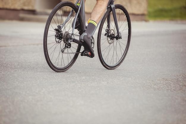 Athlet, der sein fahrrad fährt