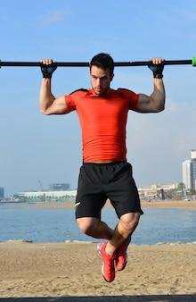 Athlet, der übungen der calisthenics übt