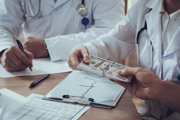 Athlet gibt geld für gute doktoren.