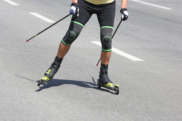 Athlet ist rollskifahren auf dem asphalt auf der straße