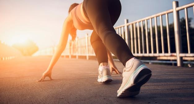 Athlet läufer füße laufen auf der straße nahaufnahme auf beinen und schuh
