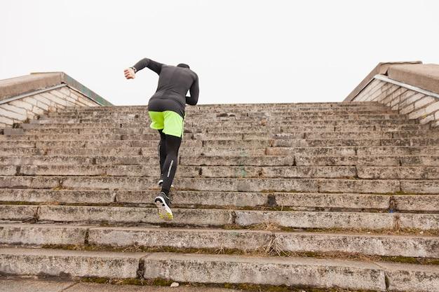 Athlet läuft die treppe hinauf