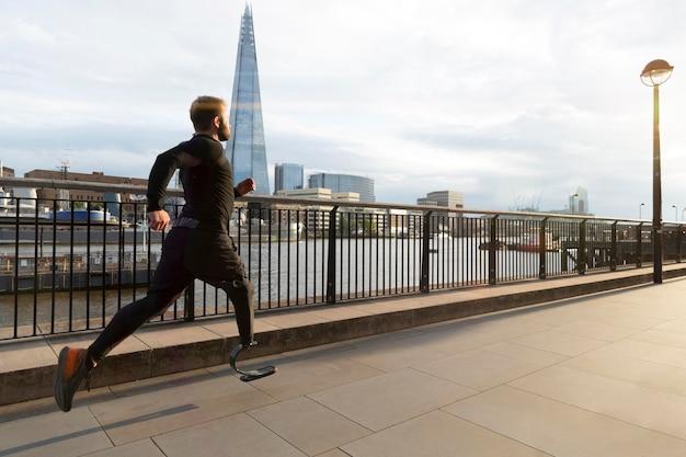 Athlet läuft mit prothese vollschuss
