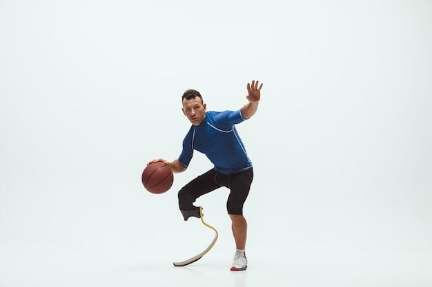 Athlet mit behinderungen oder amputierten isoliert auf weißem studiohintergrund