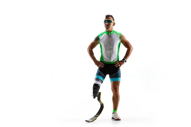Athlet mit behinderungen oder amputierter lokalisiert auf weißem studiohintergrund. professioneller männlicher läufer mit beinprothesentraining und üben im studio. behindertensport und gesunder lebensstil konzept.