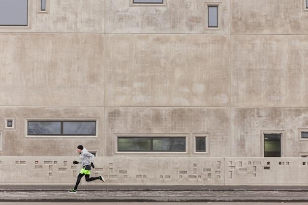 Athlet sprint in städtischen umgebung
