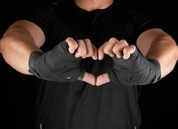 Athlet zeigt das symbol des herzens