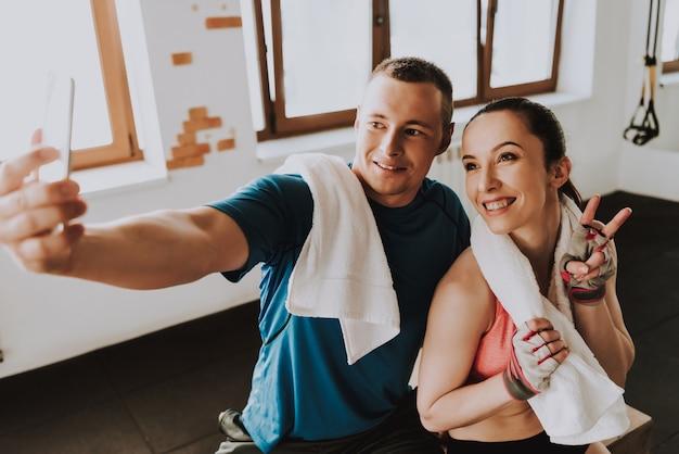 Athleten, die selfie nach dem training auf mobiltelefon tun