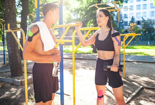 Athleten koppeln mit kinesiologischem elastischem taping auf körpern