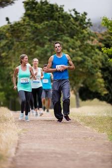 Athleten laufen rennen im park