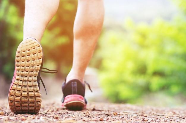 Athletenläuferfüße, die auf rennstrecken-nahaufnahme auf schuh laufen