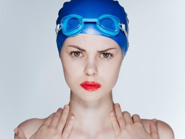 Athletische frau mit nackten schultern rote lippen fitness-pool. foto in hoher qualität