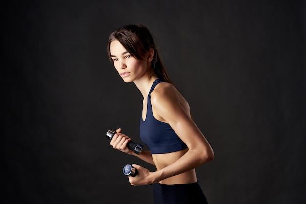 Athletische frau muskeltraining schlanke figur fitness-studio isolierten hintergrund